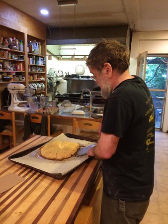 Old Granite Inn: Ed cutting us some freshly baked lemon scones at 6:45am!