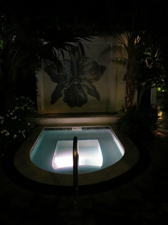 Orchid Key Inn: Hot Tub at Night