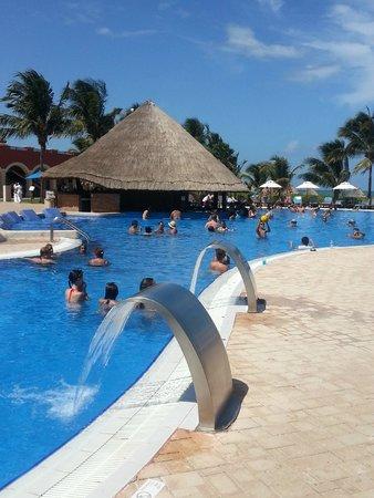 Ocean Coral & Turquesa: Pool Swim-Up Bar