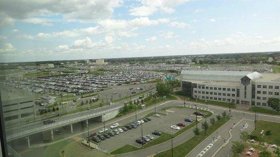Montreal Airport Marriott In-Terminal Hotel: Vue de la piscine