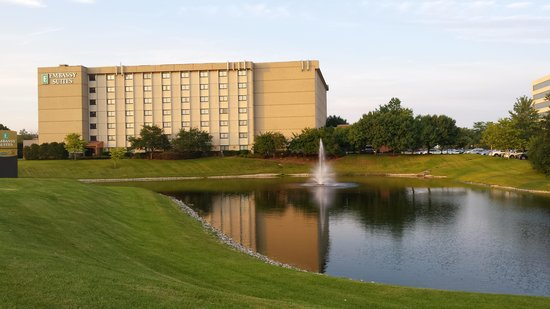 Embassy Suites by Hilton Chicago - Schaumburg/Woodfield: A picture from the outside.  Beautiful!