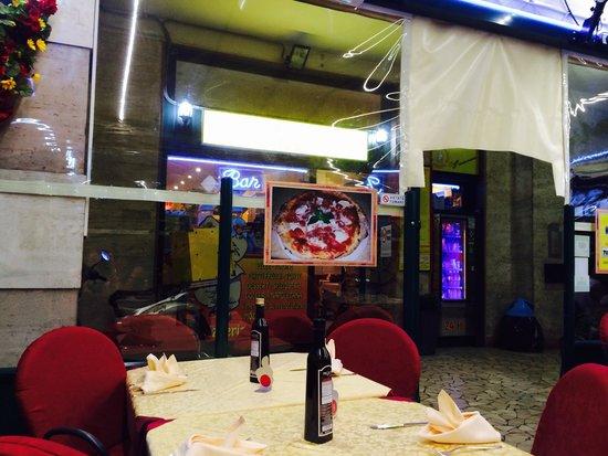 Pizzeria Manuno : La veranda esterna
