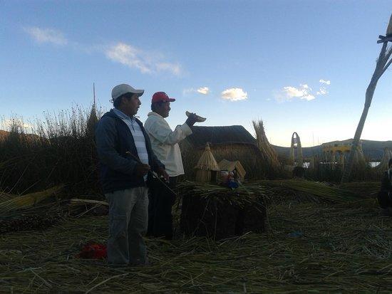 Ilhas de Uros: Guía y jefe de la isla explicando como se construye una isla flotante