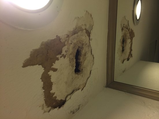 Tesoro Ixtapa: Hole in the ceiling in our first room