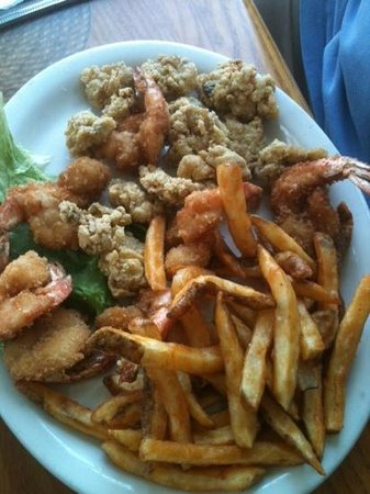 Charlotte Plummer's Seafare Restaurant: Shrimp and fried oyster plate.
