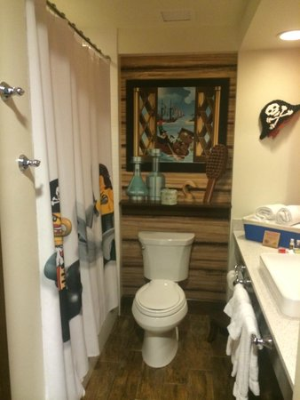 LEGOLAND California Hotel : Bathroom in Pirate-themed room