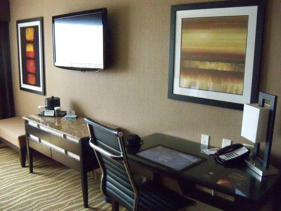 Best Western Premier Freeport Inn & Suites : TV / Desk Area