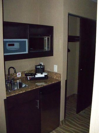 Best Western Premier Freeport Inn & Suites: Wet Bar