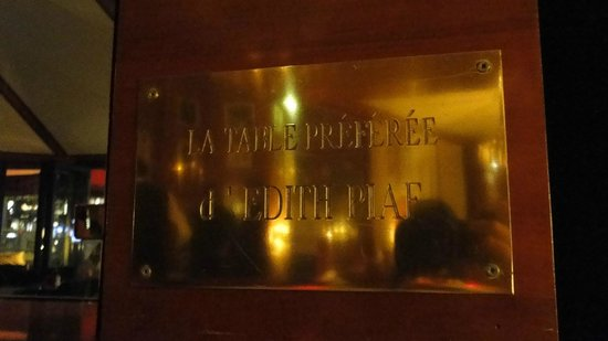 Le Fouquet's: placa ao lado de nossa mesa