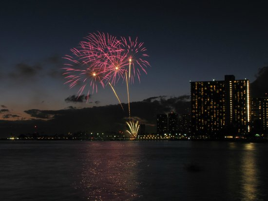 Waikiki Beach : Friday night fireworks on Waikiki