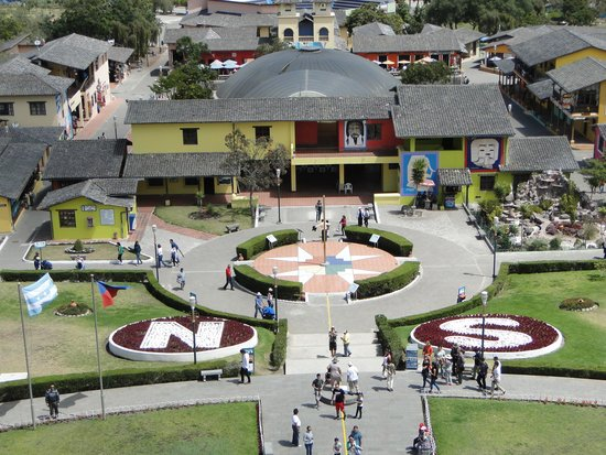 Mitad del Mundo: Complexo visto do alto do monumento