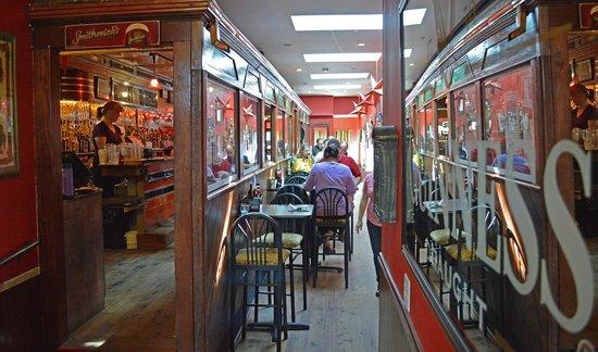 Finn's Irish Pub : interior