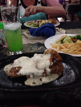 Sheppy`s Bar and Restaurant: Beef & Reef on a sizzling hot plate