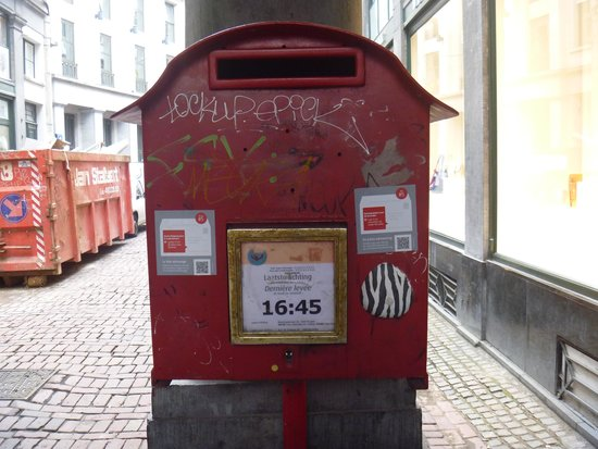 Les Galeries Royales Saint-Hubert: 途中の郵便ポスト(ちゃんと機能しています。)