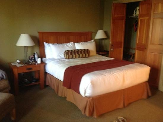 Long Beach Lodge Resort: our 140 cm bed; pretty but quite small for 2 adults