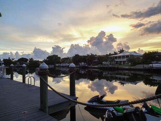 Sanibel Moorings Resort: Bay at sunset