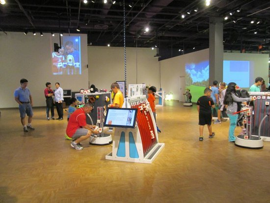 The Tech Museum of Innovation : Making a social robot