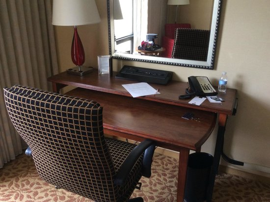 Bethesda Marriott : Desk work area with 10 electrical outlets