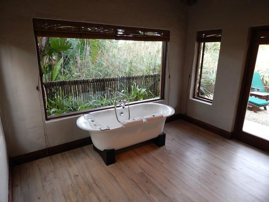 Woodall Country House and Spa: large bathroom