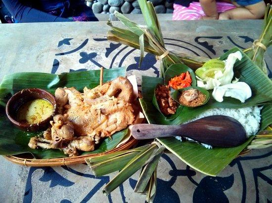 Bantul, إندونيسيا: Ayam Ingkung Waroeng Pohon