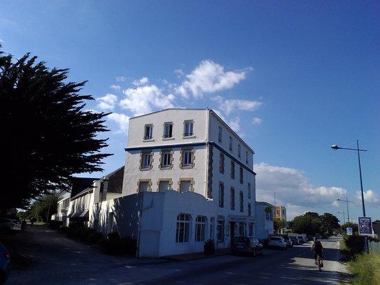 Hotel de la Pointe de Mousterlin : Hotel taken from the beachside