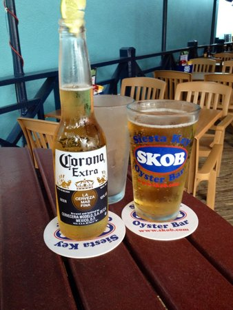 The Siesta Key Oyster Bar: Drinks are cold at SKOB!