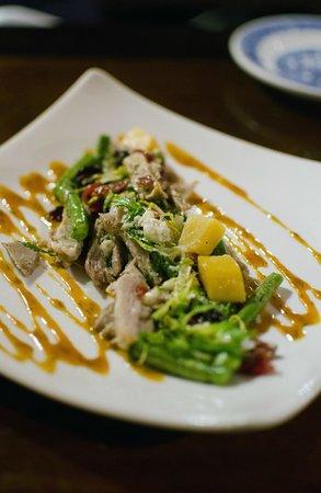 Mr Pickwick's Gastropub & Steakhouse : duck confit & charred frisée