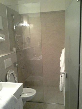 Basic Hotel Innsbruck: Bathroom