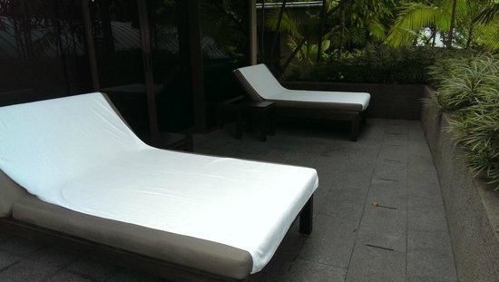 Capella Singapore: Lounging deck chairs in the garden