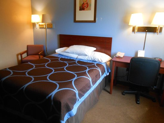 Super 8 by Wyndham Dubuque/Galena Area: bed in accessible room