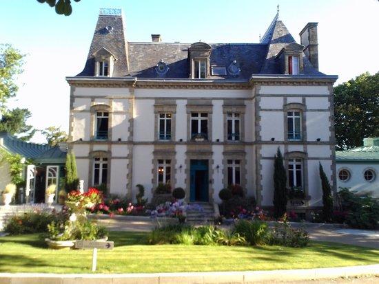 Le Clos de Vallombreuse : Hotel view from garden