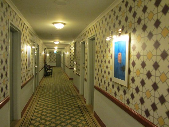 Brisbane Riverview Hotel: Check out the corridor wallpaper and carpet