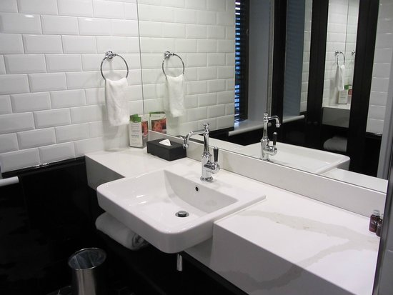 Brisbane Riverview Hotel: Ensuite - bright, glossy and clean