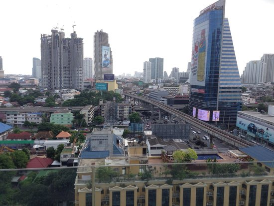 Eastin Grand Hotel Sathorn : View from pool