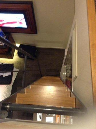 Shinjuku Granbell Hotel: Escada de acesso ao Loft do quarto (vista de cima para baixo)