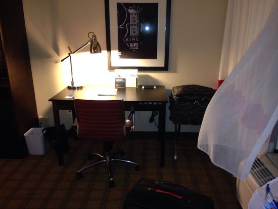 Four Points by Sheraton Memphis East: Desk area