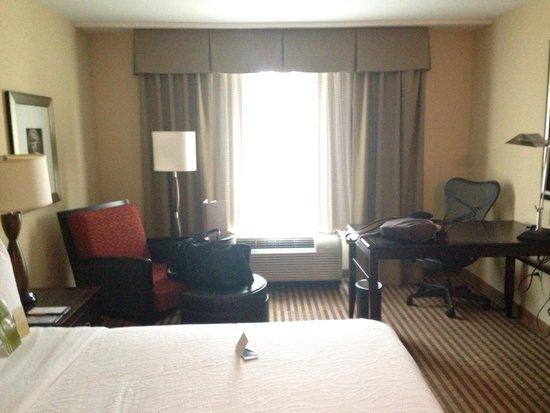 Hilton Garden Inn Columbia / Northeast: Desk and chairs