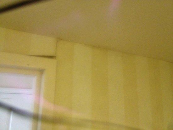 Mantra Legends Hotel: The bathroom