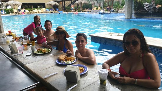 Flamingo Beach Resort & Spa: snacks & drink by the pool