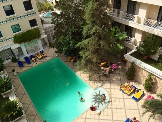 Royal Olympic Hotel: Get in before the kids...