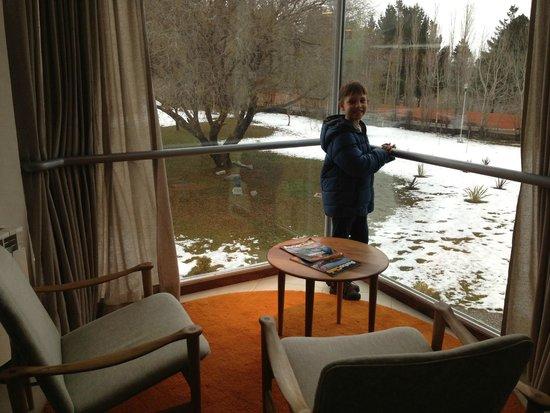 Hotel A.C.A.: corredor do hotel com vista para jardim