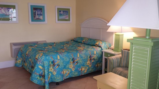 Island Inn of Atlantic Beach : Our room as you enter the door looking right--the bed