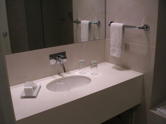 Dazzler Lima: Bathroom