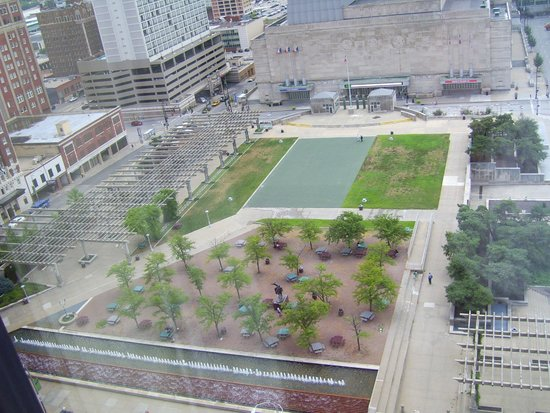 Kansas City Marriott Downtown : Park and fountain view from room
