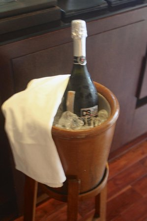 Abaca Boutique Resort: Complimentary bubbly pre-dinner