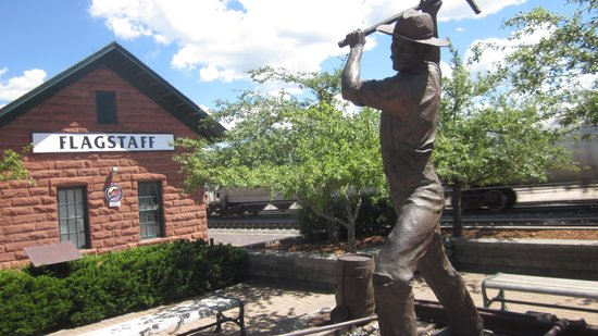 Flagstaff Visitor Center: Statue of railroad Gandy Dancer