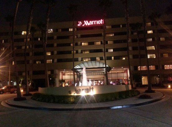 Manhattan Beach Marriott: Out front at night!