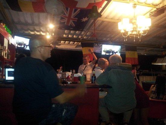 Simon & Oil's Sports Bar & Restaurant: Ambiance coupe du monde