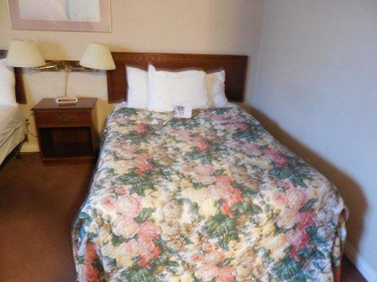 Howard Johnson Hotel Victoria: bed