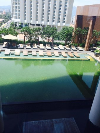 Sheraton Nha Trang Hotel and Spa: Been here for 3 days and the pool is green and out of action. Not too happy!